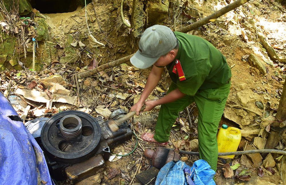 Công an huyện Phú Ninh một lần truy quét tại khu vực bãi vàng Bồng Miêu. Ảnh: TT