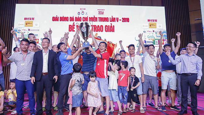 Ban tổ chức trao Cúp vô địch cho FC Báo chí Thanh Hóa.