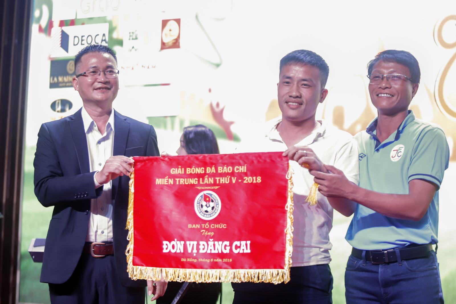 Trao Cờ đăng cai giải lần thứ VI cho Liên quân Báo chí Hà Tĩnh.