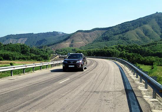 Việc xây dựng tuyến đường huyết mạch từ Quế Trung (Nông Sơn) đi Duy Phú (Duy Xuyên) đã tạo động lực thúc đẩy kinh tế - xã hội của địa phương phát triển. Ảnh: VĂN SỰ
