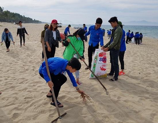 Các bạn trẻ tình nguyện làm sạch bãi biển Hà My. Ảnh: CT