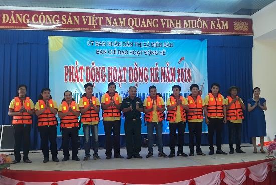 Tặng áo phao cho những người tham gia chương trình