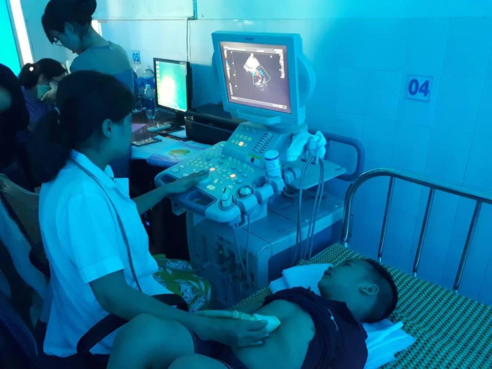 Khám sàng lọc bệnh tim cho trẻ ngày 7.6 tại Bệnh viện Đa khoa Quảng Nam. Ảnh: C.N