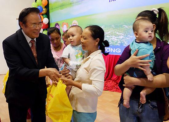 Hành trình trở về quê hương của bác sĩ Nguyễn Văn Đẩu luôn mang theo tấm lòng của những người Quảng xa quê.