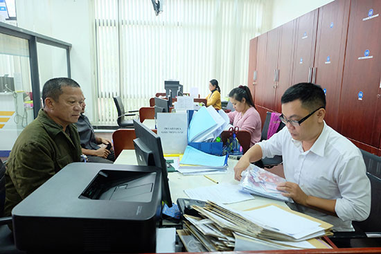 Giải quyết thủ tục hành chính tại Trung tâm Hành chính công và xúc tiến đầu tư tỉnh. Ảnh: QUẾ CHÂU