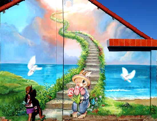 Làng bích họa Tam Thanh với những dòng tranh mới được các họa sĩ Hàn Quốc thực hiện. Ảnh: Liên Sơn