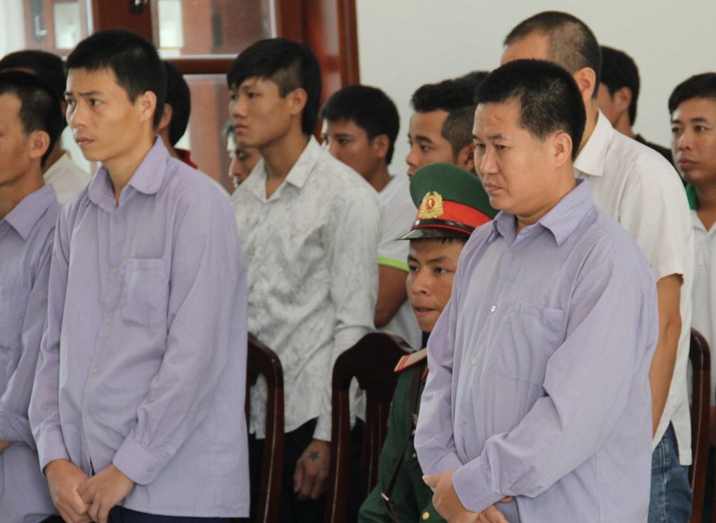 Bị cáo Lê Xuân Chính (hàng đầu bên phải) bị tuyên phạt 48 tháng tù giam. Ảnh: H.T