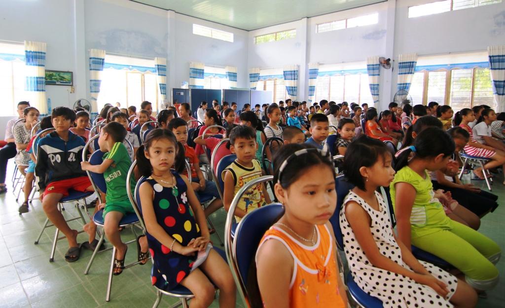 Đông đảo các em học sinh tham gia lớp học hè tình thương năm nay. Ảnh:K.L
