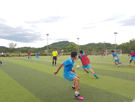 Giải bóng đá chào mừng các ngày lễ kỷ niệm đang diễn ra sôi động tại Tiên Phước. Ảnh: D.L