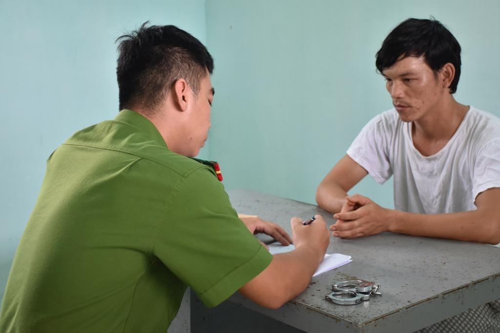 Đối tượng Việt (áo trắng) tại cơ quan điều tra. Ảnh: H.V