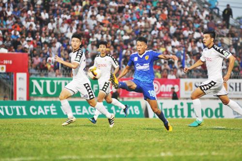 Pha tâng bóng kỹ thuật của Thanh Hưng nhưng không thể thắng thủ môn Hà Nội. Ảnh: T.V