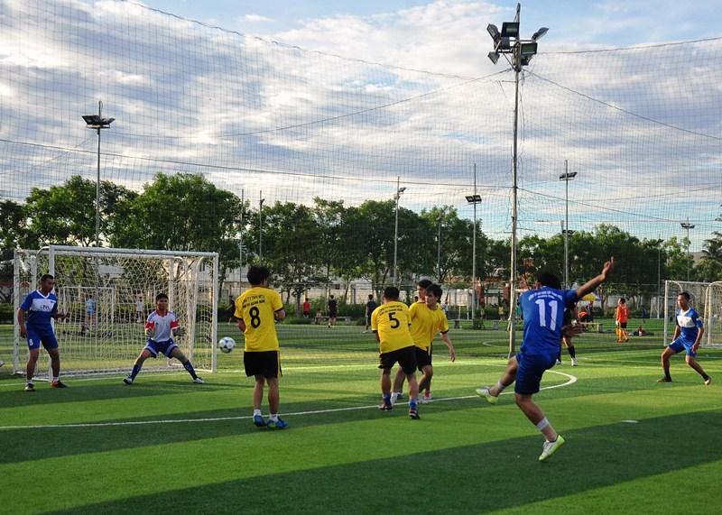 Trận đấu khai mạc giữa Công ty CP Cấp thoát nước Quảng Nam và Công ty TNHH MTV Cao su Quảng Nam diễn ra gay cấn. Ảnh: VINH ANH