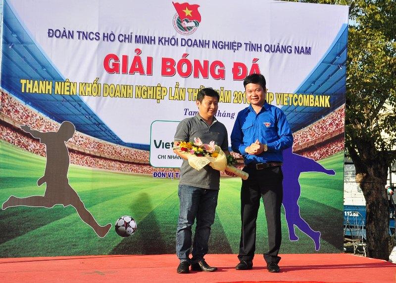 Ngân hàng Vietcombank Quảng Nam là nhà tài trợ chính cho giải đấu. Ảnh: VINH ANH