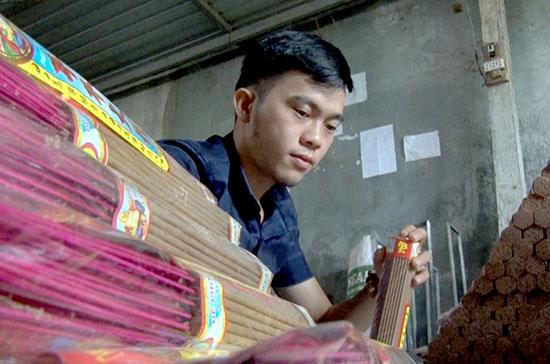 Mỗi ngày, cơ sở của anh Long sản xuất được gần 1 tấn nhang trầm cùng nhiều sản phẩm trầm hương khác. Ảnh: P.VINH