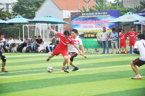 Những pha tì đè khá chuyên nghiệp của các cầu thủ Câu lạc bộ Bóng đá phóng viên báo Trung ương tại Quảng Nam. Ảnh: T.V