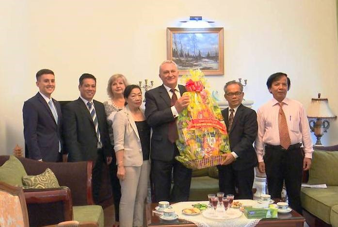 Mr. Hoang Chau Sinh (Vice Chairman of the Quang Nam Union of Friendship Organizations) sends a gift to Russian Consul General in Da Nang city.