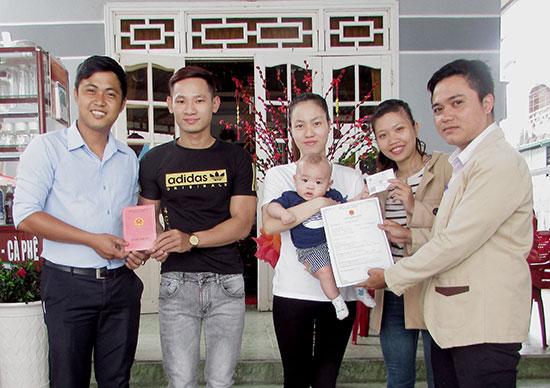 Công dân hài lòng khi được cán bộ phường Sơn Phong trả kết quả giải quyết thủ tục hành chính tại nhà. Ảnh: PHAN SƠN