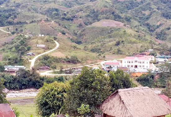 Đường về xã Mường Hoong, nơi người Châu sống.Ảnh: PHẠM ANH