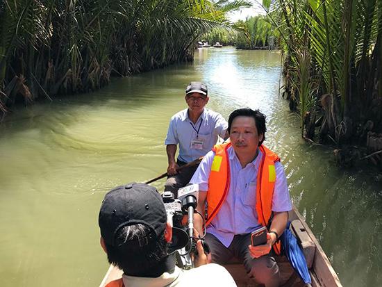 Nhà báo Võ Văn Trường trong chuyến tác nghiệp tại Rừng dừa bảy mẫu, TP.Hội An.