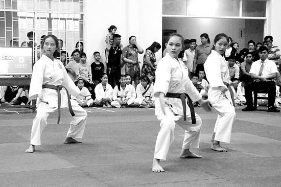Thi đấu nội dung quyền nữ giải Cúp các CLB Karatedo tỉnh Quảng Nam năm 2018.