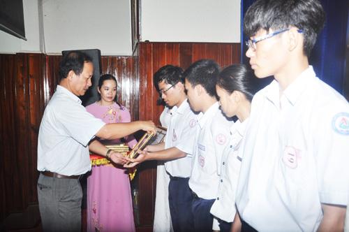 Lãnh đạo thành phố tặng thưởng cho các em HS đạt thành tích xuất sắc. Ảnh: X.P