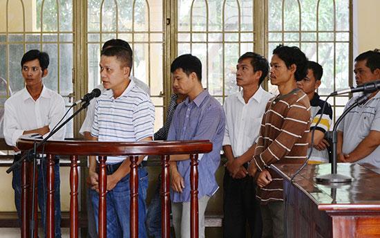 Các cán bộ liên quan đến vụ kê khống trong bồi thường dự án thủy điện Sông Bung 4 phải hầu tòa sau quyết tâm phá án của đơn vị Phòng Cảnh sát kinh tế. Ảnh: T.C
