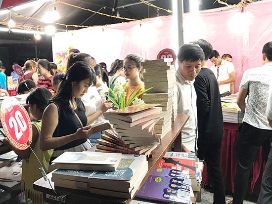 """""""Ngày hội sách và khởi nghiệp TP.Tam Kỳ"""" lần thứ I - năm 2018 vừa được tổ chức nhằm góp phần nâng cao nhận thức về hoạt động khởi nghiệp trong giới trẻ hiện nay. Ảnh: H.GIANG"""