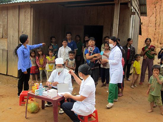 Cán bộ y tế tổ chức cho người dân thôn 8B xã Phước Lộc (huyện Phước Sơn) uống thuốc dự phòng khi nơi này bùng phát bệnh bạch hầu hồi giữa năm 2015. Ảnh: S.Y.T