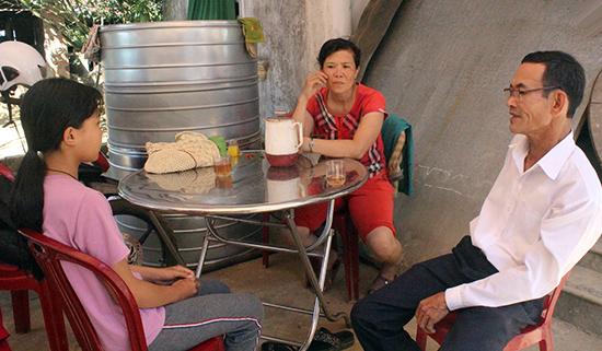 Chủ tịch Hội Khuyến học xã Tiên Sơn - Dương Văn Trường thăm hỏi, động viên gia đình Nguyễn Thị Mỹ Quyên. Ảnh: D.L