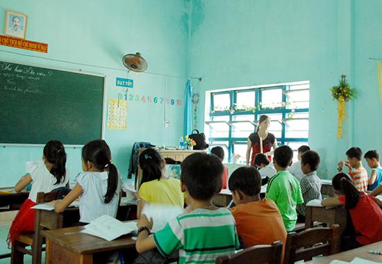 Hơn 700 em học sinh được chia thành 24 lớp học hè miễn phí. Ảnh: HỒ QUÂN.