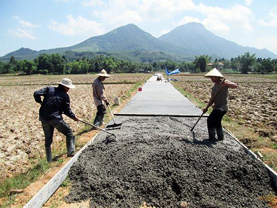 Những năm qua, các địa phương trên địa bàn tỉnh ưu tiên nhiều nguồn lực đầu tư xây dựng kết cấu hạ tầng nông thôn.Ảnh: VĂN SỰ