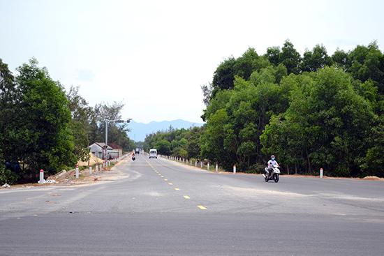 Đường trục chính nối đường 129 lên giáp cầu Bình Dương. Ảnh: C.TÚ