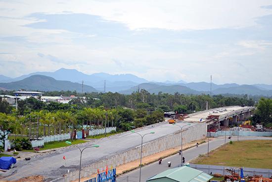 Đường Điện Biên Phủ với điểm nhấn là cầu vượt đường bộ và đường sắt.