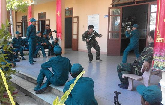 Dân quân Cẩm Hà huấn luyện nâng cao kỹ năng quân sự. Ảnh: LÊ HIỀN