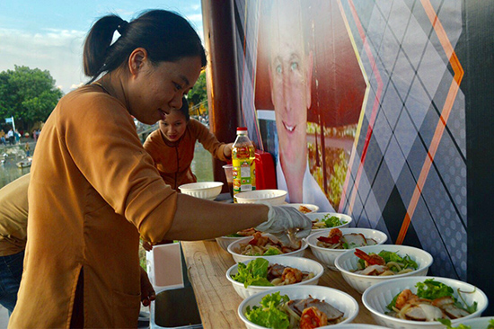Cao lầu biến tấu trong các lễ hội ẩm thực quốc tế.  Ảnh: LÊ QUÂN