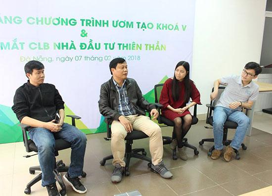 Lãnh đạo DNES và anh Nguyễn Quốc Phong (giữa) - CEO dự án H2O Farm. Ảnh: DNES cung cấp