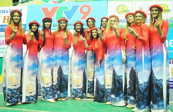 Các cô gái Kazakhstan thể hiện niềm vui lần đầu tiên khoác trên mình trang phục truyền thống Việt Nam.