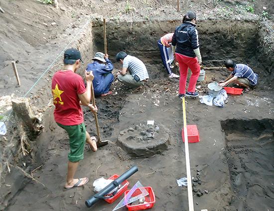 Một hố khai quật tại di chỉ Bàu Dũ. Ảnh: MAI HỒNG LÂM