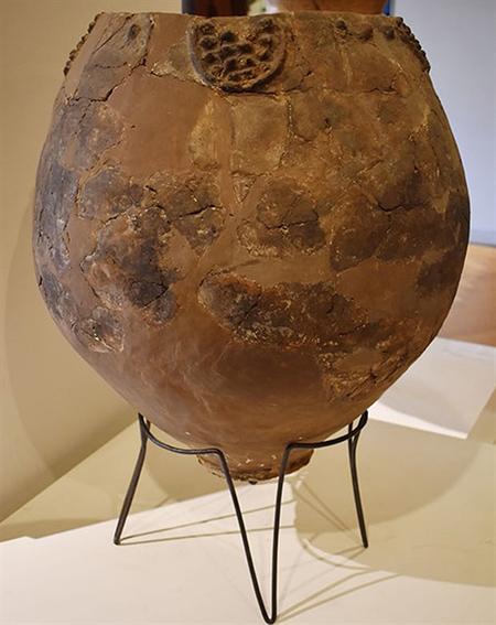 Chiếc bình lớn có niên đại 8.000 năm dùng để lên men rượu vang được tìm thấy ở khu vực Khramis Didi Gora, hiện trưng bày tại Bảo tàng quốc gia Gruzia.
