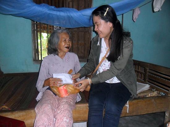 Tác giả trao tiền và quà bạn đọc hỗ trợ nhân vật mục Địa chỉ từ thiện Báo Quảng Nam.