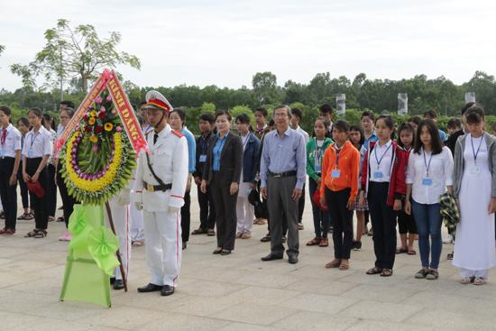 Học sinh là con em công nhân lao động viếng hương Tượng đài Mẹ Việt Nam anh hùng trước lễ tuyên dương. Ảnh: D.L
