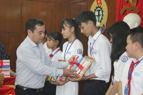 Chủ tịch LĐLĐ tỉnh Phan Xuân Quang tặng quà cho học sinh tại lễ tuyên dương. Ảnh: D.L