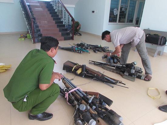 Công an Núi Thành bàn giao vũ khí thu hồi cho Công an tỉnh.