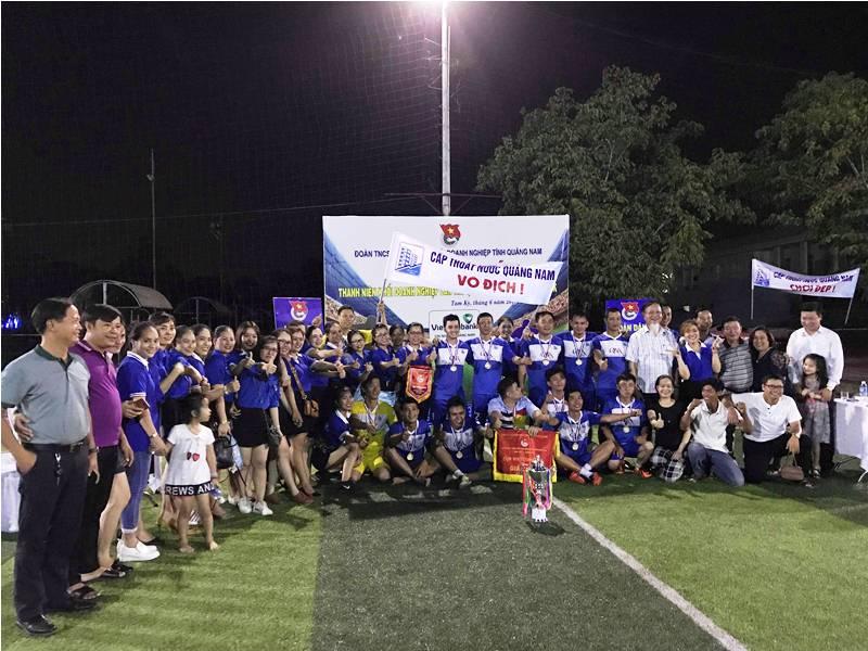 Cầu thu và cổ động viên Đội bóng Công ty CP Cấp thoát nước Quảng Nam ăn mừng chức vô địch. Ảnh: VINH ANH