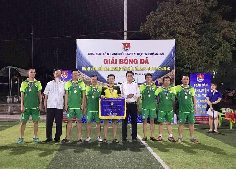 Dù được đánh giá rất cao nhưng Đội bóng Chi đoàn Ngân hàng Vietcombank chỉ về Nhì. Ảnh: VINH ANH