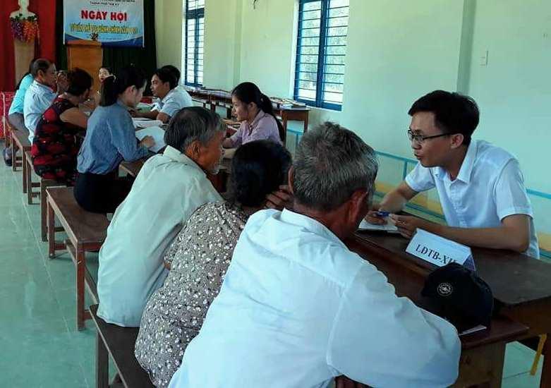 Tư vấn thủ tục hành chính cho người dân xã Tam Phú. Ảnh: THÚY SƯƠNG