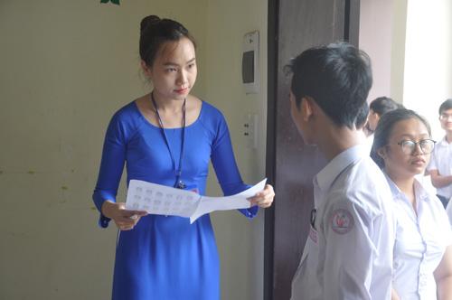 Giám thị làm thủ tục kiểm tra khi các thí sinh vào phòng thi. Ảnh: X.P