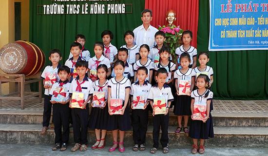 Cuối mỗi năm học, thương binh Nguyễn Thanh Bình (thôn Tiên Tráng, xã Tiên Hà, Tiên Phước) trao thưởng cho học sinh nghèo vượt khó học giỏi từ số tiền tiết kiệm được trong năm. Ảnh: C.L