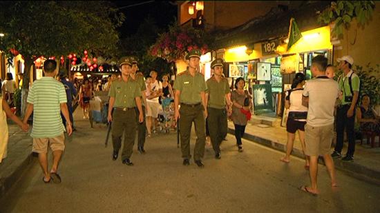 Lực lượng Công an TP.Hội An tuần tra đêm trong khu phố cổ. Ảnh: C.L