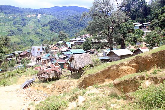 Nóc Tắc Lang (thôn 3, xã Trà Linh) đã khoác lên mình diện mạo mới với nhiều ngôi nhà được xây kiên cố.